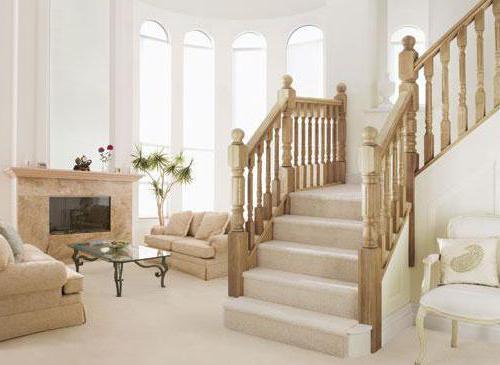 Kendi elleriyle ikinci katta bir platform ile merdiven